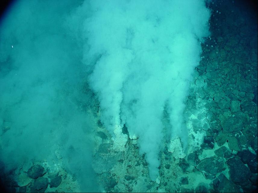 fumarola submarina o chimenea hidrotermal